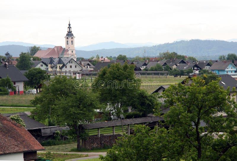 有教会的可爱的peacefull村庄 库存图片