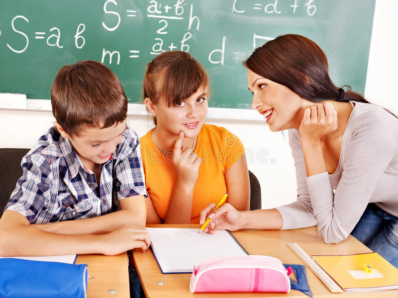 有教师的小学生。 免版税图库摄影
