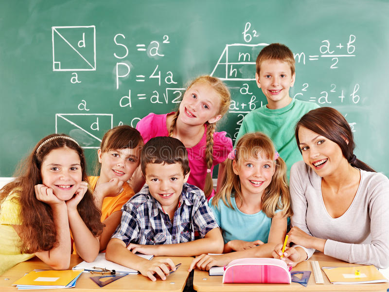 有教师的小学生。 图库摄影