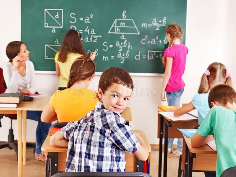 有教师的小学生。 免版税库存照片