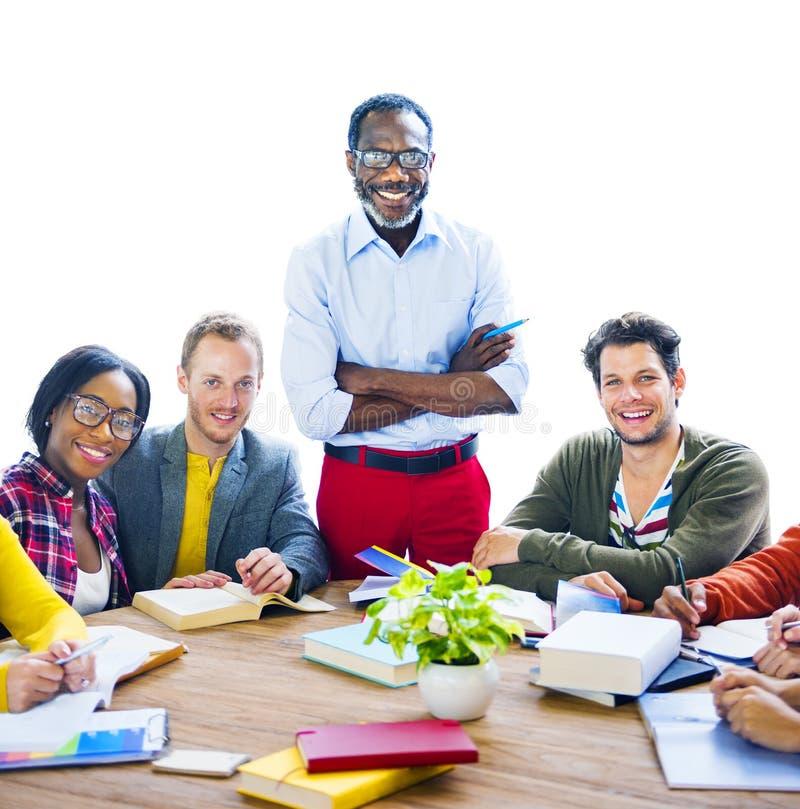 有教授的不同种族的快乐的学生 库存照片