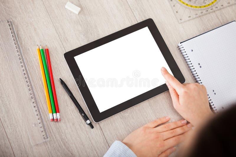 有数字式片剂和学生辅助部件的人 库存照片
