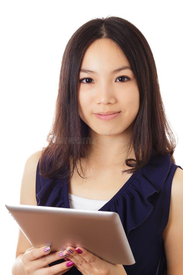 有数字式片剂的亚裔妇女 免版税库存照片