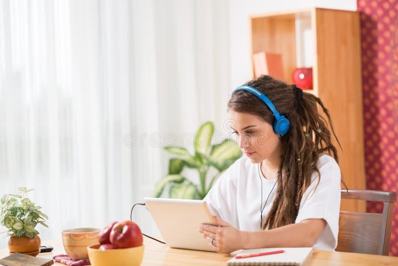 有数字式片剂的十几岁的女孩 免版税图库摄影
