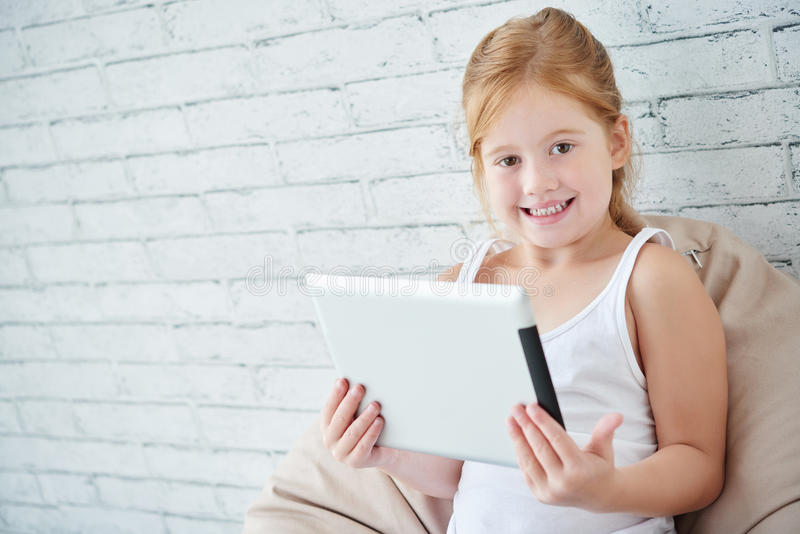 有数字式片剂的女孩 免版税库存图片