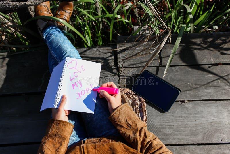 有数字式片剂的妇女和笔记本质上-爱我的工作 库存照片