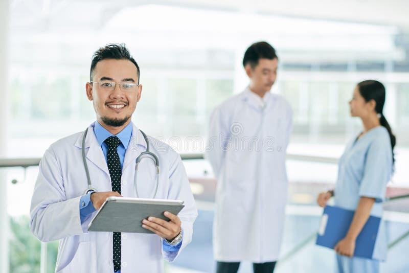 有数字式片剂的普通开业医生 图库摄影