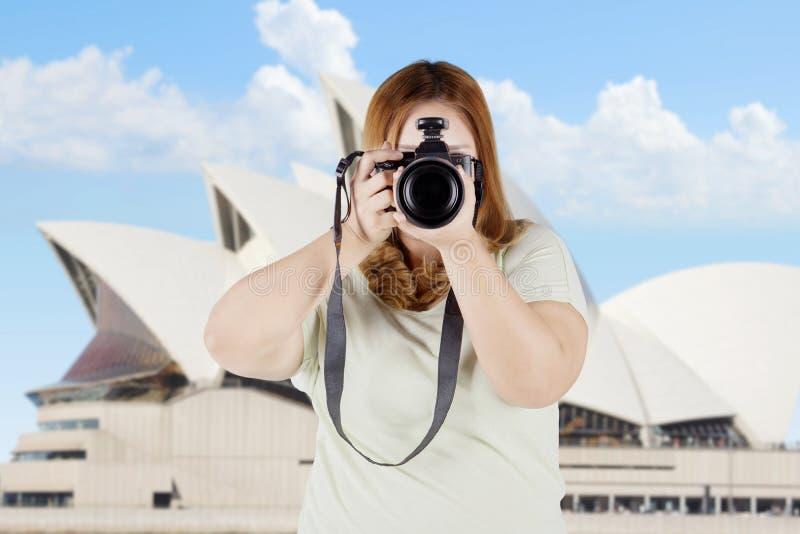 有数字照相机的肥胖妇女在悉尼 库存照片