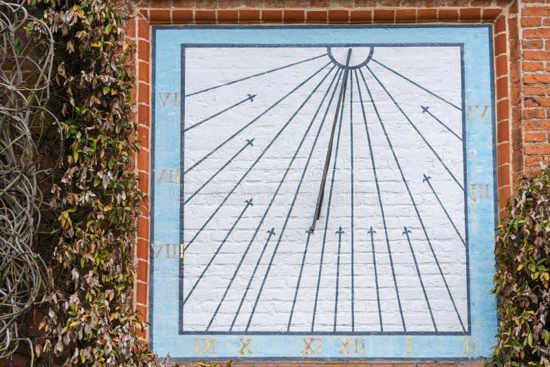 有数字的镶嵌墙上的日规时钟 库存照片