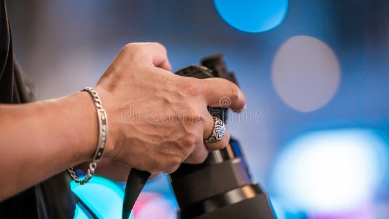 有数码相机的摄影师 免版税库存照片