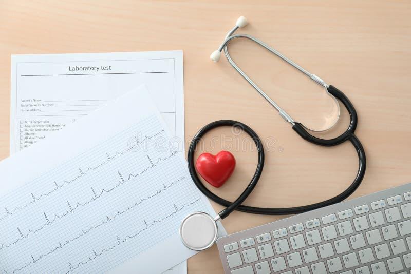 有文件的听诊器和在木桌上的键盘 r 库存照片