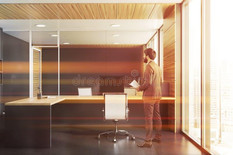 有文件的CEO在灰色和木办公室 库存照片