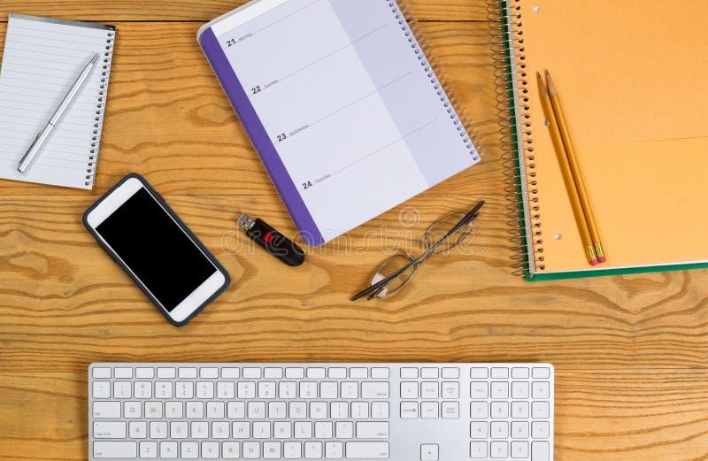 有文具和工具的桌面为每日计划 免版税库存图片