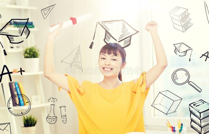 有文凭的愉快的亚裔女学生在家 库存照片