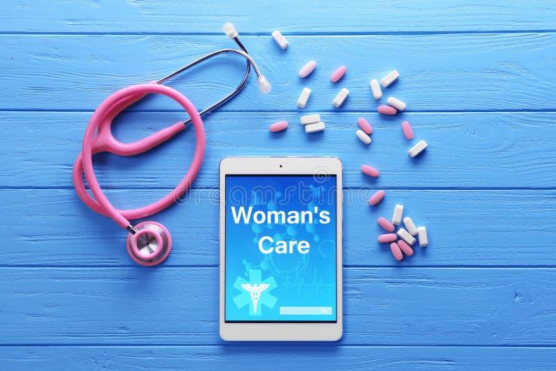 有文本妇女关心的片剂 库存图片
