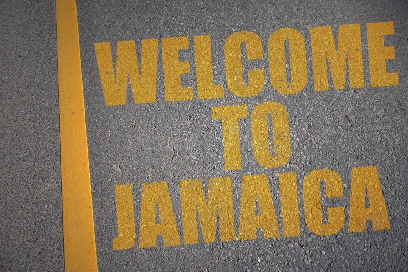 有文本欢迎的柏油路向在黄线附近的牙买加 向量例证