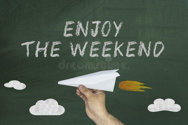 有文本的飞行纸飞机享受周末 免版税图库摄影