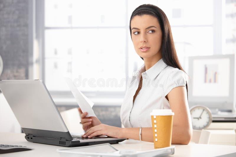 有文件的繁忙的女勤杂工 免版税图库摄影