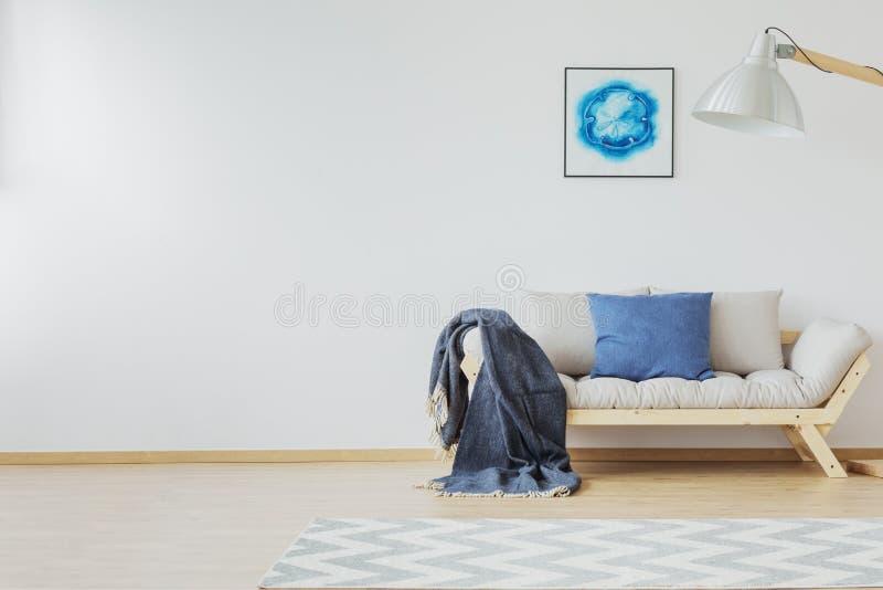 有斜纹布蓝色口音的室 免版税图库摄影