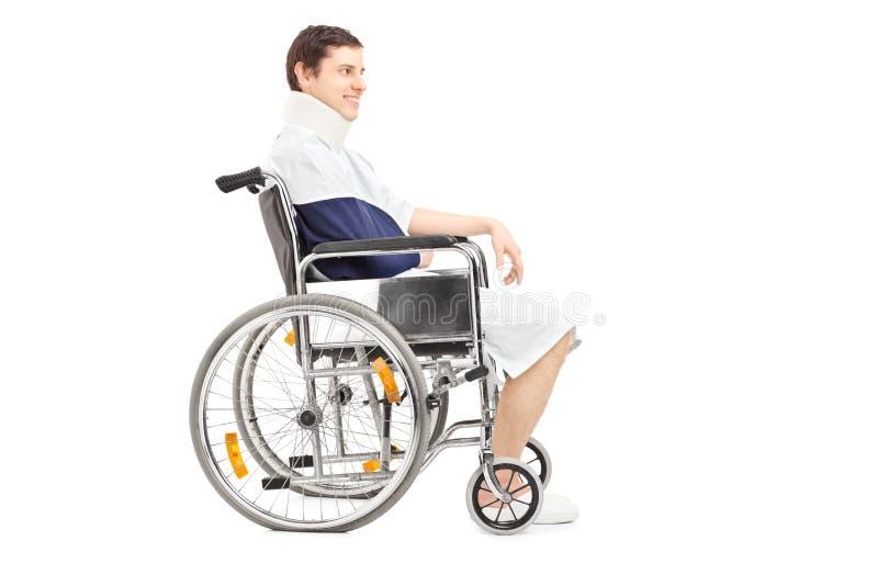 有断胳膊的残疾患者在轮椅 图库摄影