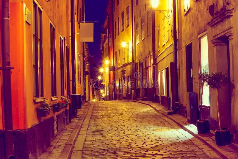有斯德哥尔摩的Gamla斯坦历史的老中心中世纪房子的狭窄的鹅卵石街道平衡的暮色日落的 库存照片