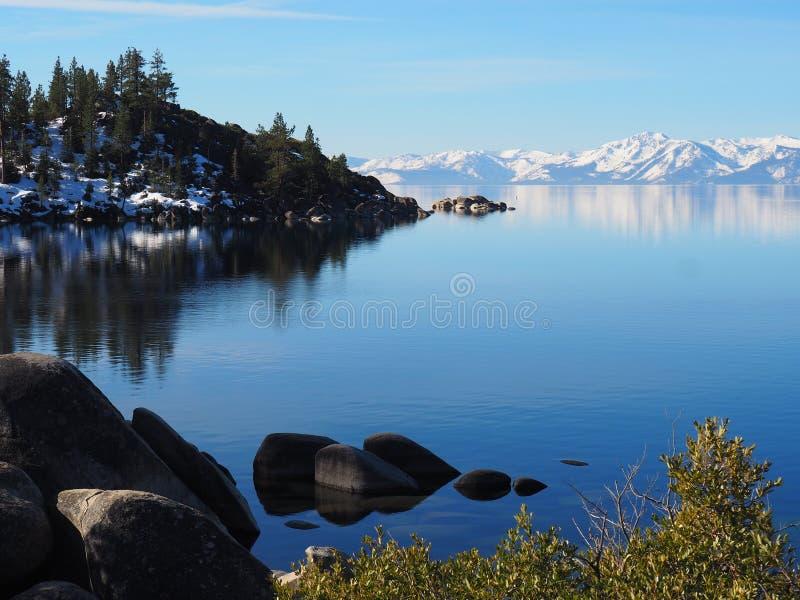 有斯诺伊山的太浩湖在背景中 免版税库存图片