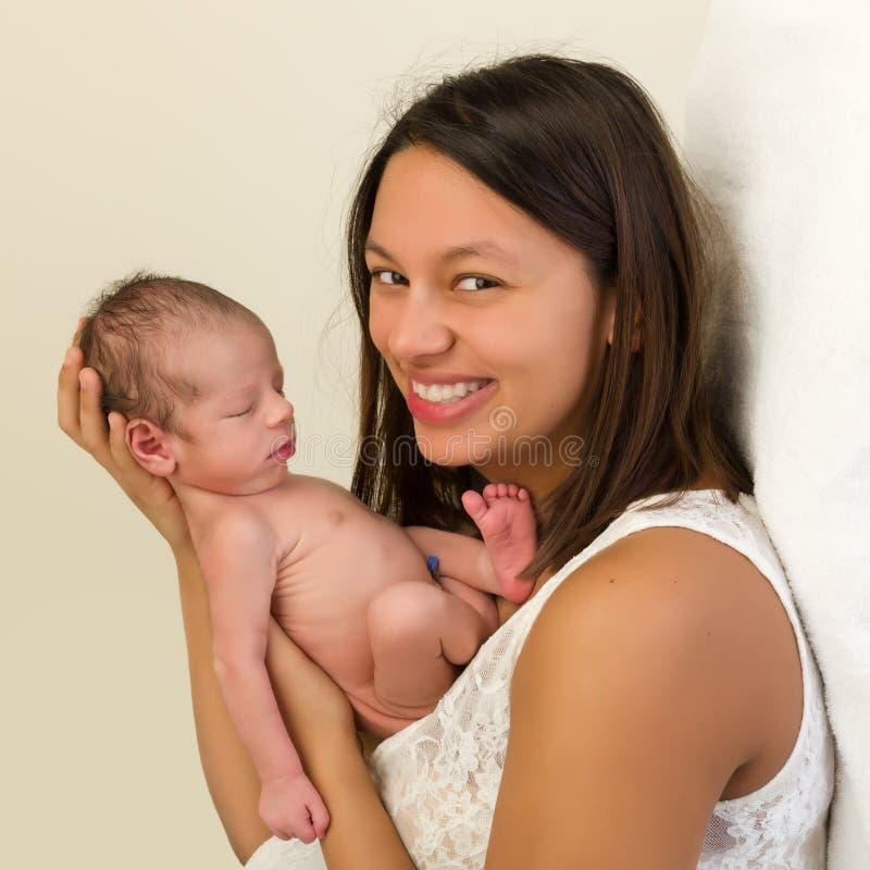 有新出生的婴孩的愉快的妈妈 库存图片