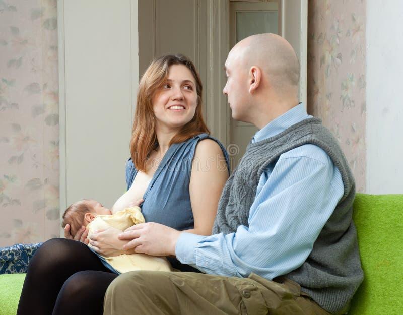 有新出生的婴孩的愉快的父项 库存照片