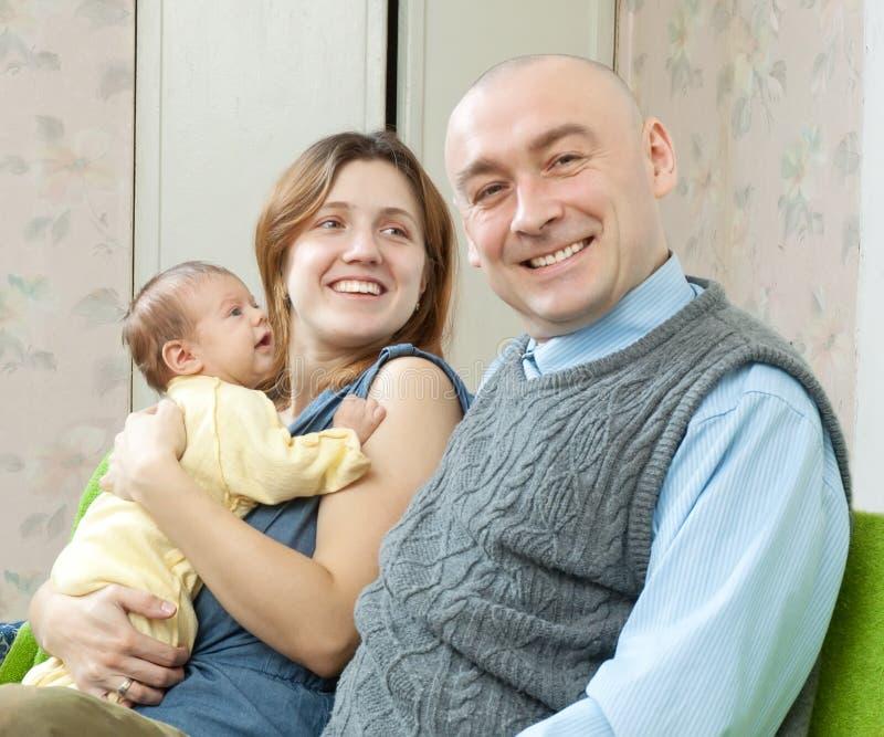 有新出生的微笑的父项 免版税库存图片