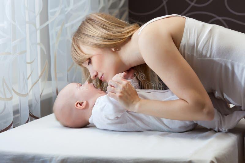 有新出生的星期日的母亲 免版税库存图片