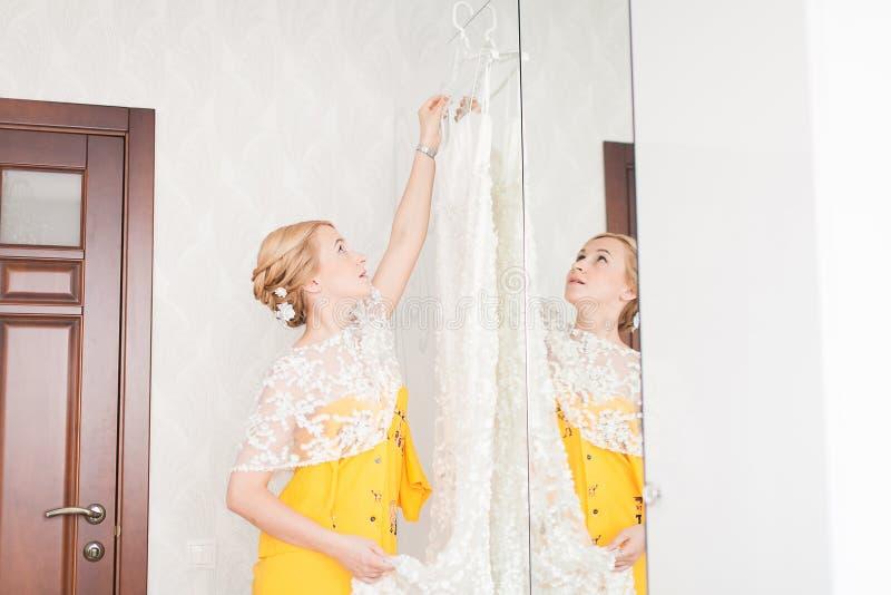有新娘的礼服的按钮的女傧相 免版税库存照片