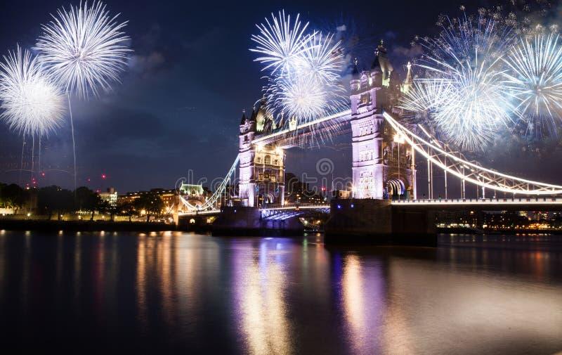 有新年的烟花庆典的塔桥梁在伦敦英国 库存图片