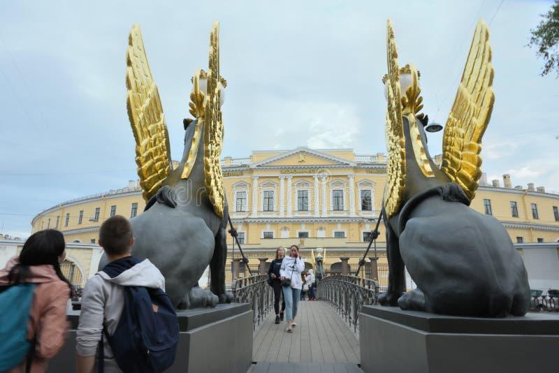 有新来的人雕象的银行桥梁在整修以后开通在圣彼德堡,俄罗斯 库存图片