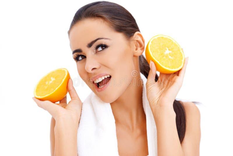 有新橙色halfs的妇女在她的手 库存图片
