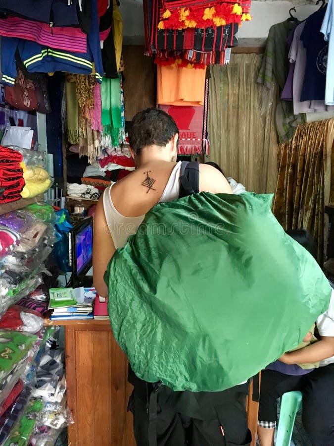 有新纹身花刺的旅客在发埃的Skorpion形式Whang Od 库存图片