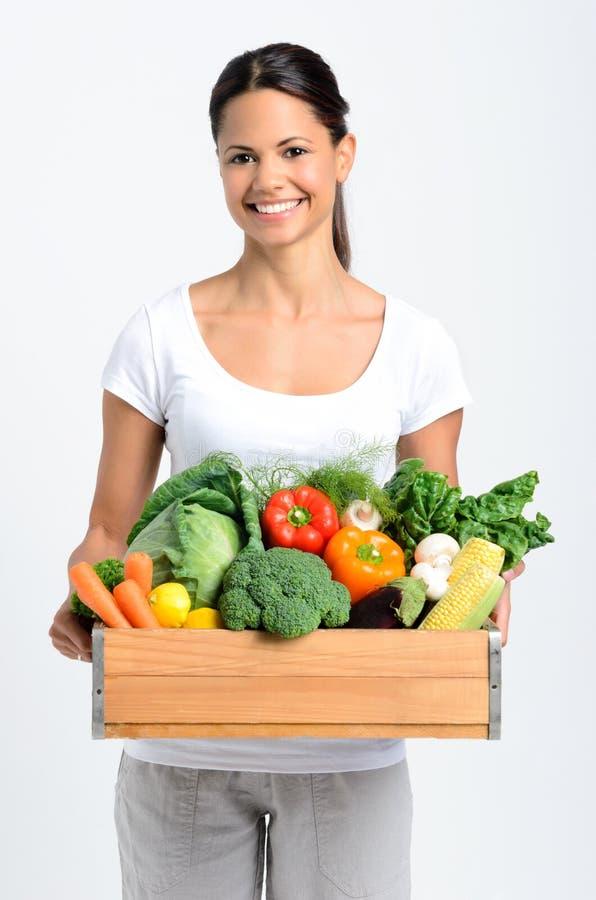 有新鲜农产品的微笑的妇女 免版税图库摄影