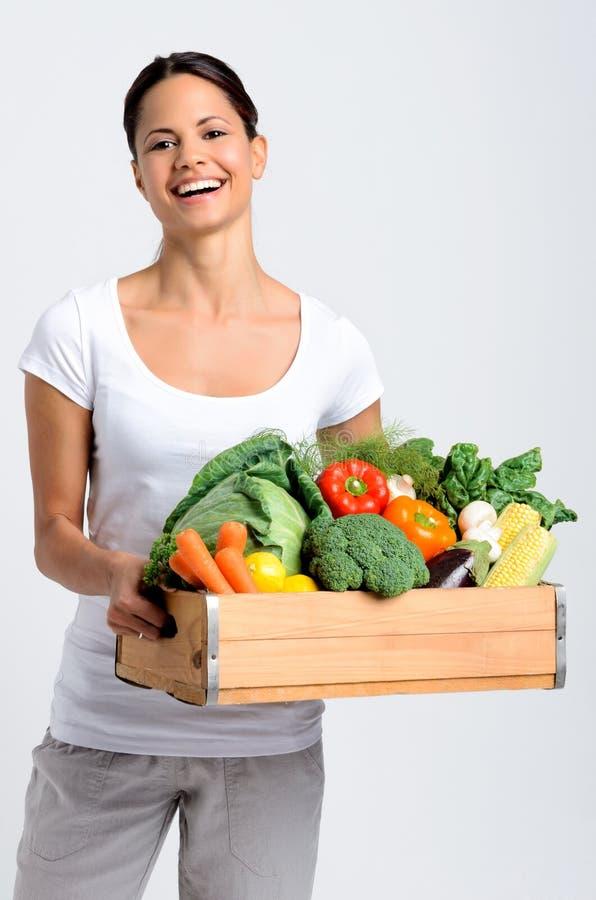 有新鲜农产品的微笑的妇女 免版税库存图片