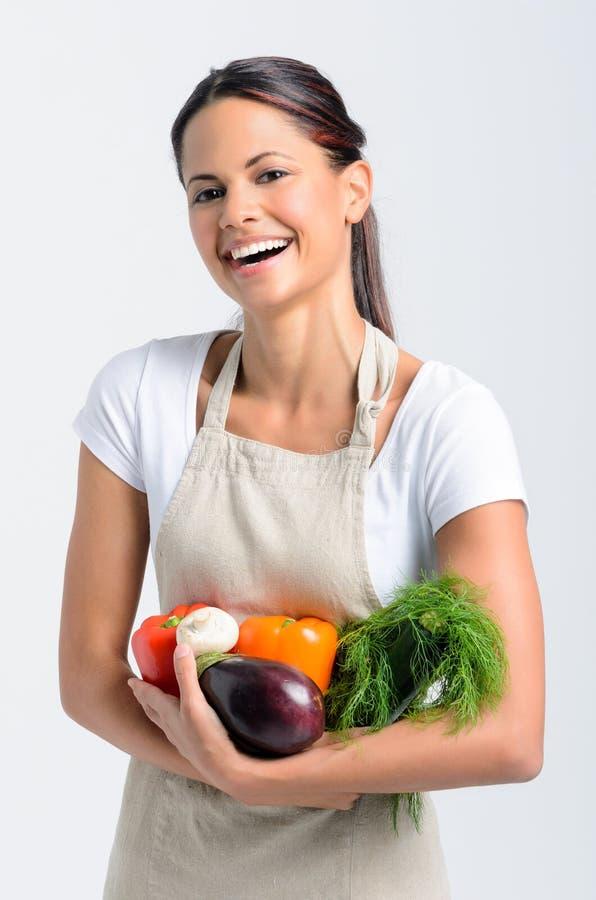 有新鲜农产品的微笑的妇女 库存照片