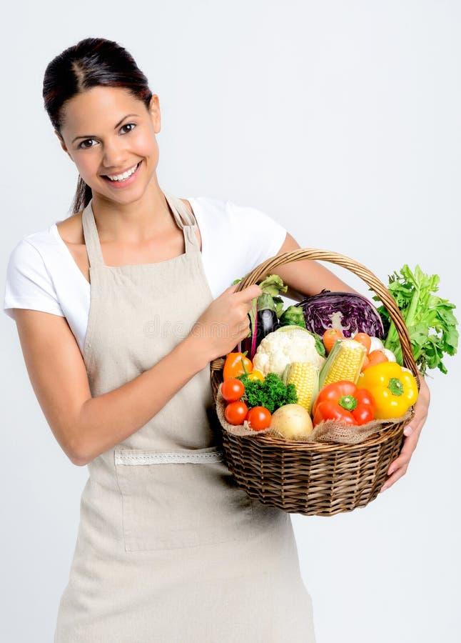 有新鲜农产品的微笑的妇女 免版税库存照片