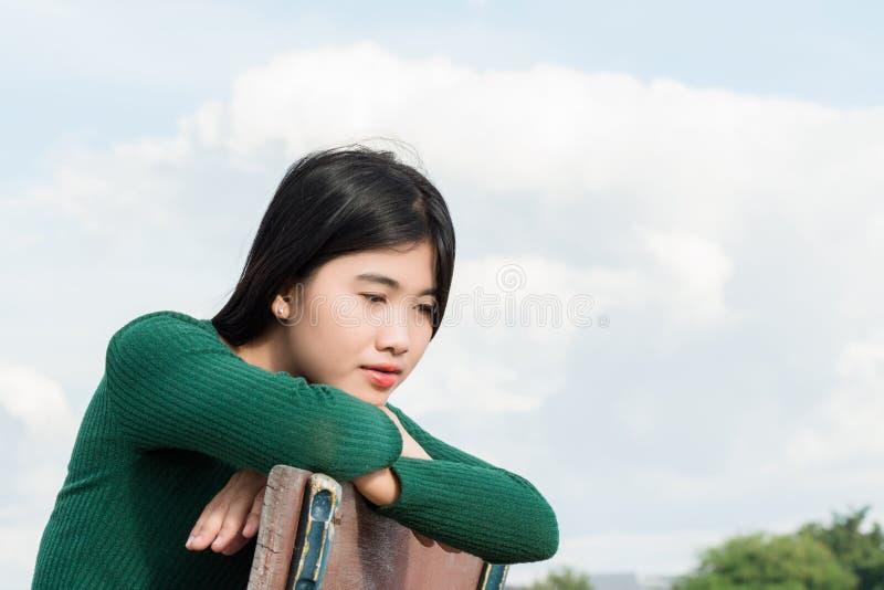 有新鲜和干净的皮肤的,她美丽的少妇坐柴 库存图片