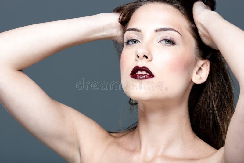 有新鲜的皮肤的年轻美丽的妇女 免版税库存图片