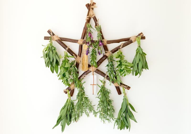 有新鲜的草本捆绑的土气木分支五角星形草本烘干机 免版税库存图片