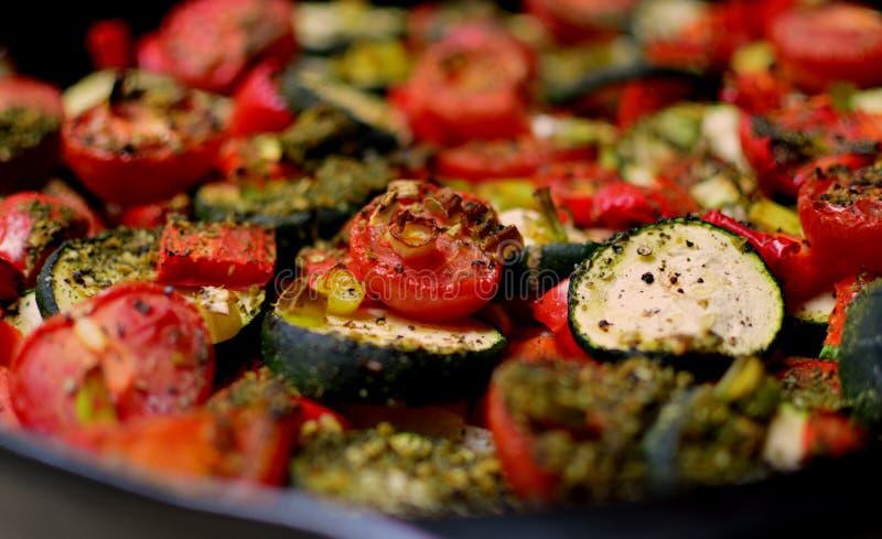 有新鲜蔬菜的烤箱板材 库存照片