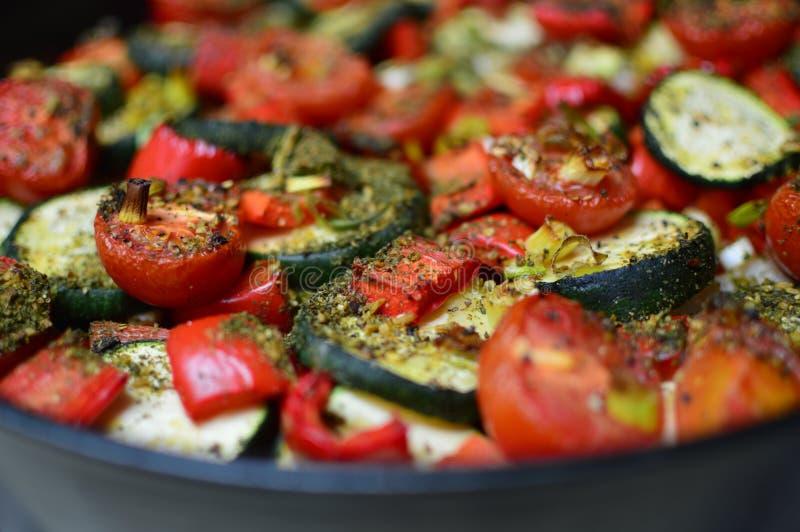 有新鲜蔬菜的烤箱板材 免版税图库摄影