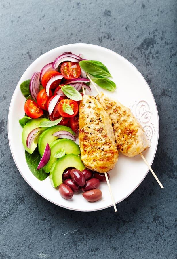 有新鲜蔬菜的烤芝麻鸡串 免版税库存照片