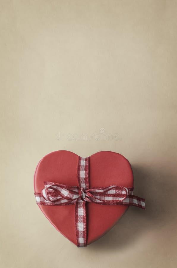 有方格花布被检查的丝带的心形的礼物盒 免版税库存图片
