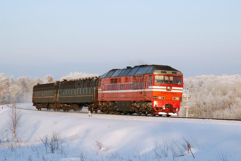 有旅客列车的俄国内燃机车 免版税库存图片