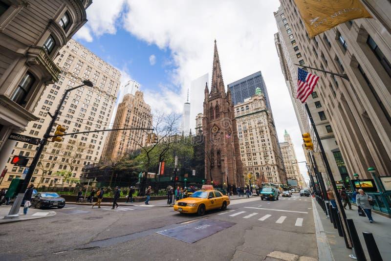有旅游交通的NYC领港教会在曼哈顿和街道 免版税库存图片