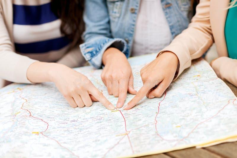 有旅游地图的妇女在城市 免版税库存图片