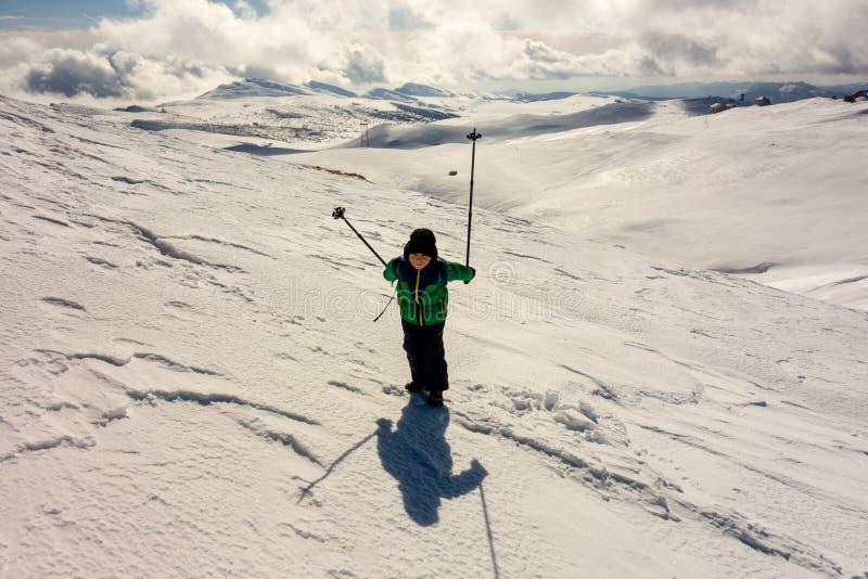 有旅行在山的走的杆的男孩 库存图片